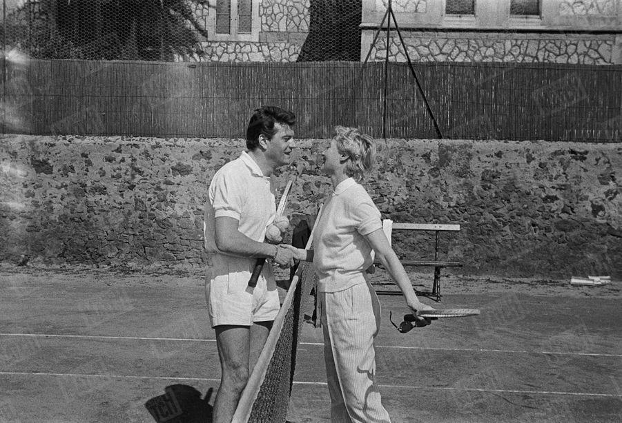 Michèle Morgan et Henri Vidal prenant une leçon de tennis à Cannes en avril 1956.