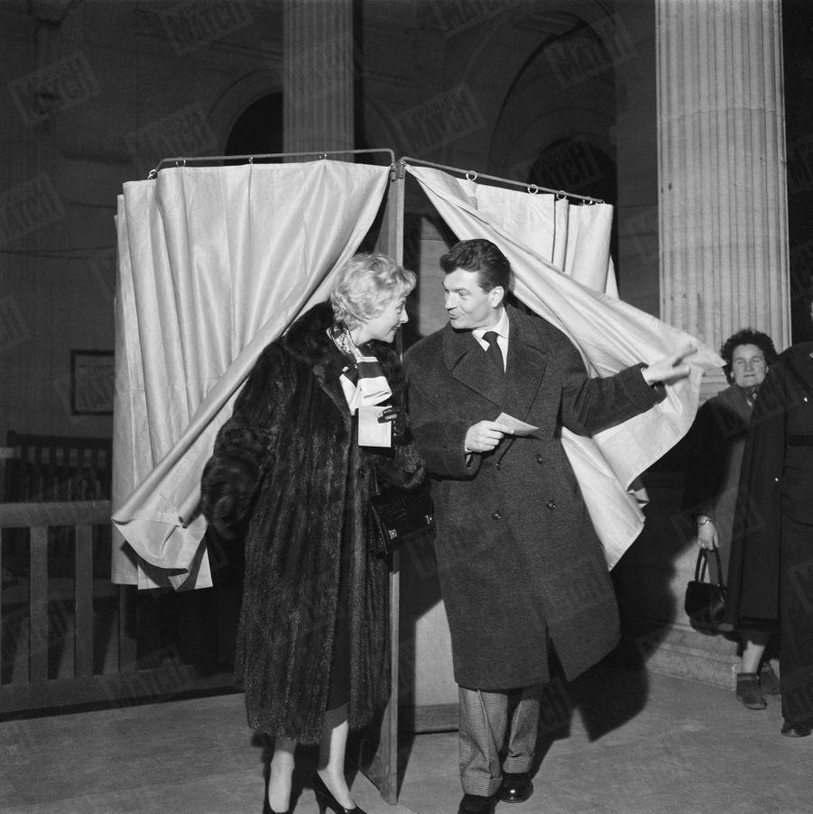 Michèle Morgan et Henri Vidal votent lors des élections législatives du 2 janvier 1956.