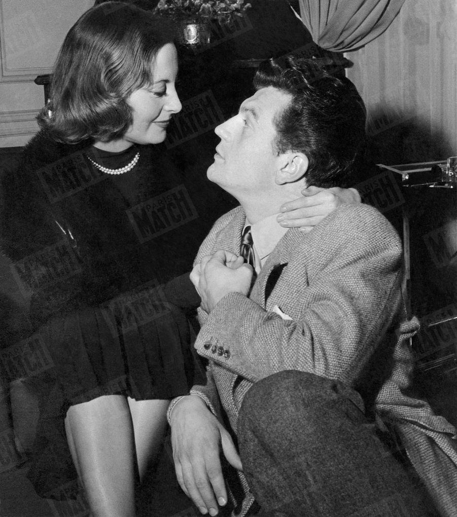 Première photo d'Henri Vidal et de Michèle Morgan après la cérémonie de leur mariage à la mairie du XVIIème arrondissement de Paris, le 10 février 1950.