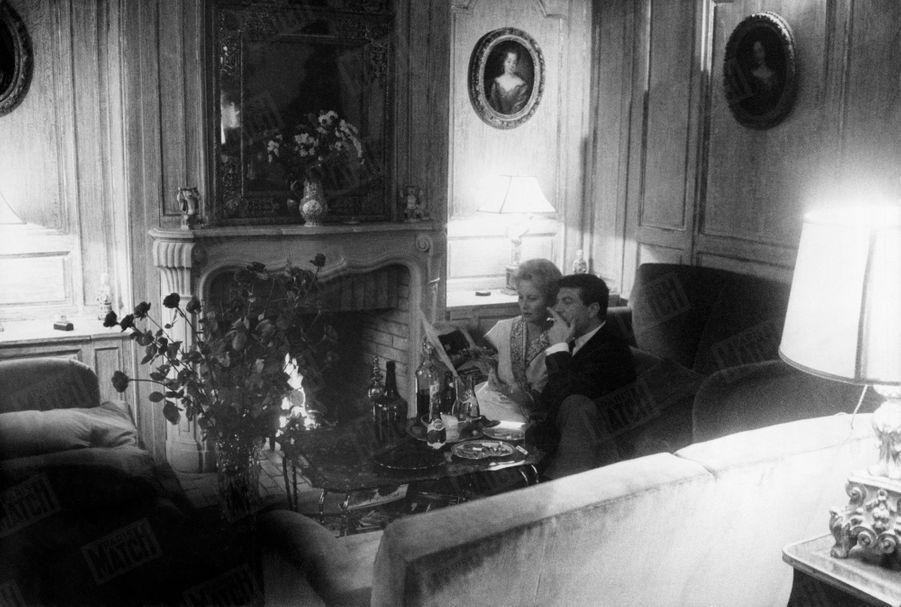 « Son coin du feu : il avait été antiquaire et Michéle lui avait demandé d'être le metteur en scène de leur logis. » - Paris Match n°558, daté du 19 décembre 1959.