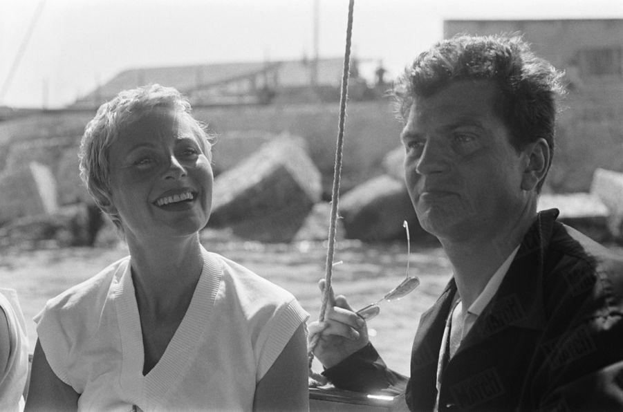 """Michèle Morgan rejoint son époux Henri Vidal à Marseille, sur le tournage de son film """"Le port du désir"""" en septembre 1954."""