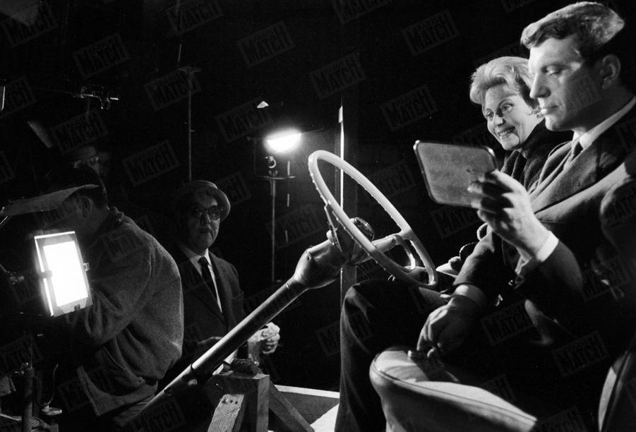 """Henri Vidal et Michèle Morgan sur le tournage du film """"Pourquoi viens-tu si tard ?"""", le 3 décembre 1958."""