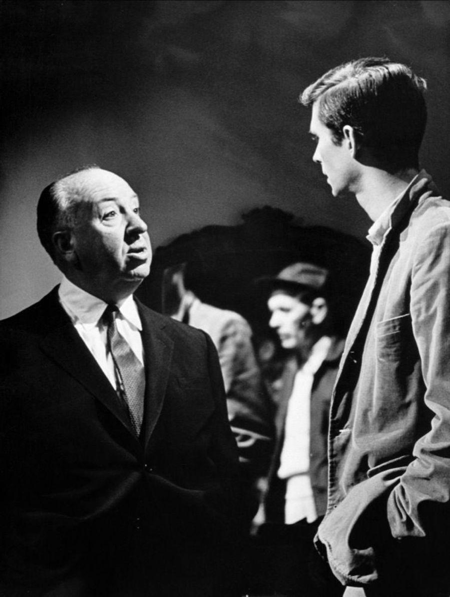 Alfred Hitchcock et Anthony Perkins sur le tournage de « Psychose », en 1960.