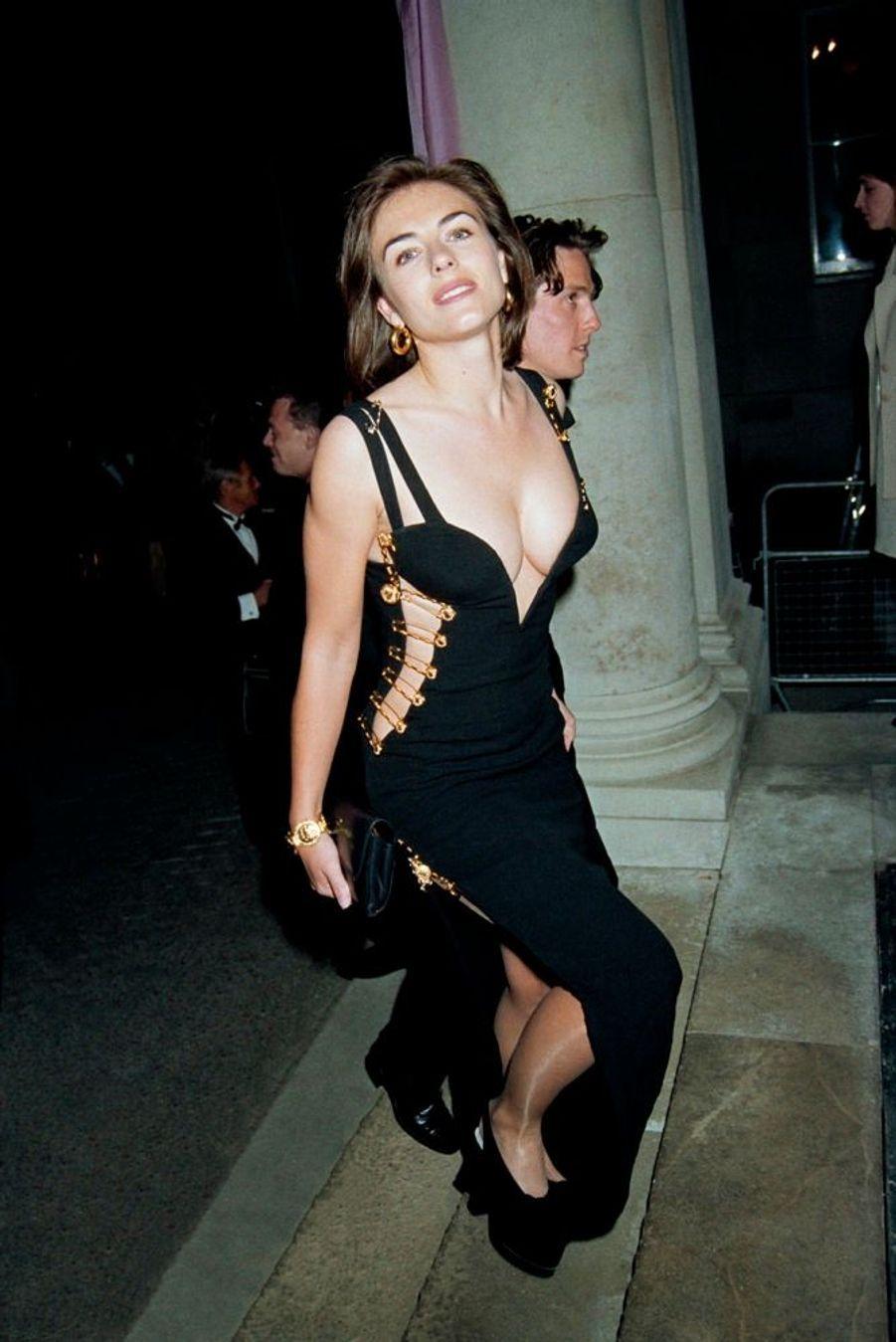 Hugh Grant etElizabeth Hurley, dans sa fameuse robe Versace, à la première de«Quatre mariages et un enterrement» en mai 1994 à Londres.