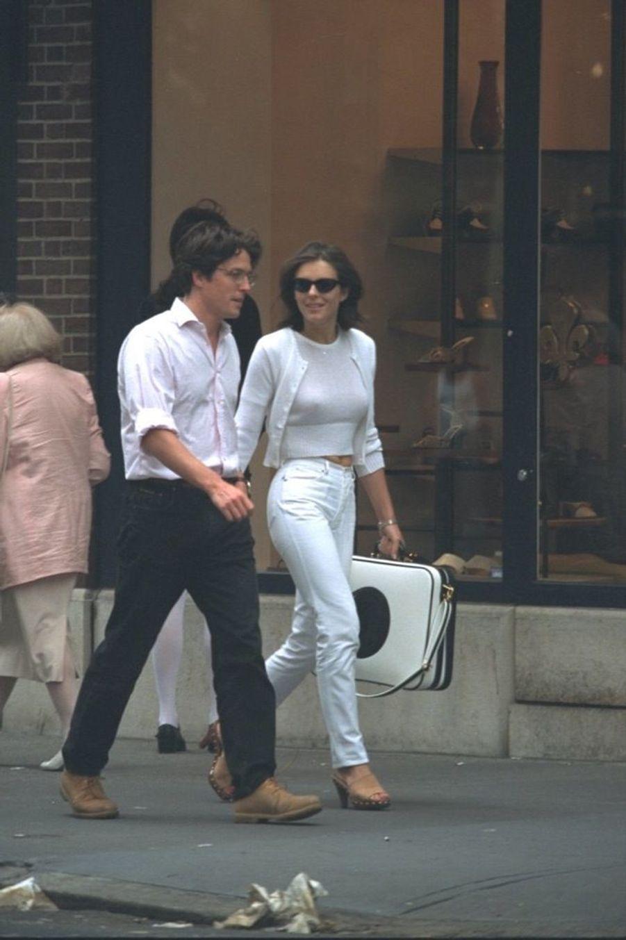 Elizabeth Hurley et Hugh Grant, remontant Madison Avenue à New York, le 11 juin 1995.