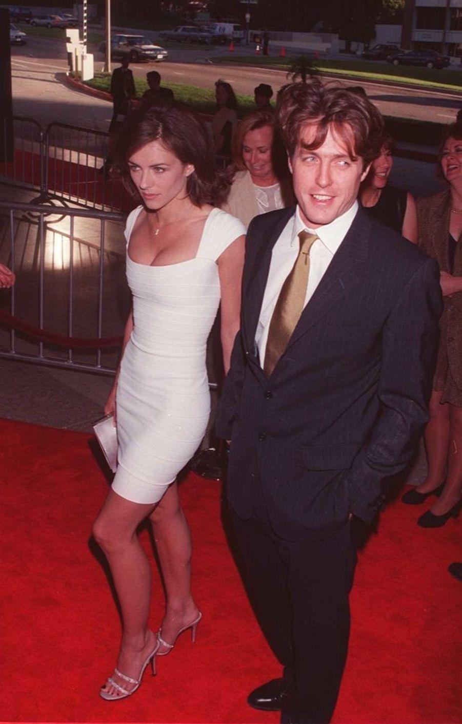 Elizabeth Hurley et Hugh Grant, côte à côte pour la première de «Neuf mois aussi» (remake du film de Patrick Braoudé), le 7 juillet 1995. Il s'agissait de leur première apparition publique ensemble après le scandale de l'arrestation de l'acteur avec une prostituée, dix jours auparavant.