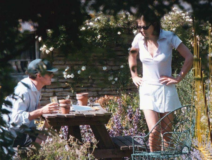 Elizabeth Hurley et Hugh Grant se retrouvent, au lendemain du scandale de l'arrestation de l'acteur avec une prostituée, en juin 1995.