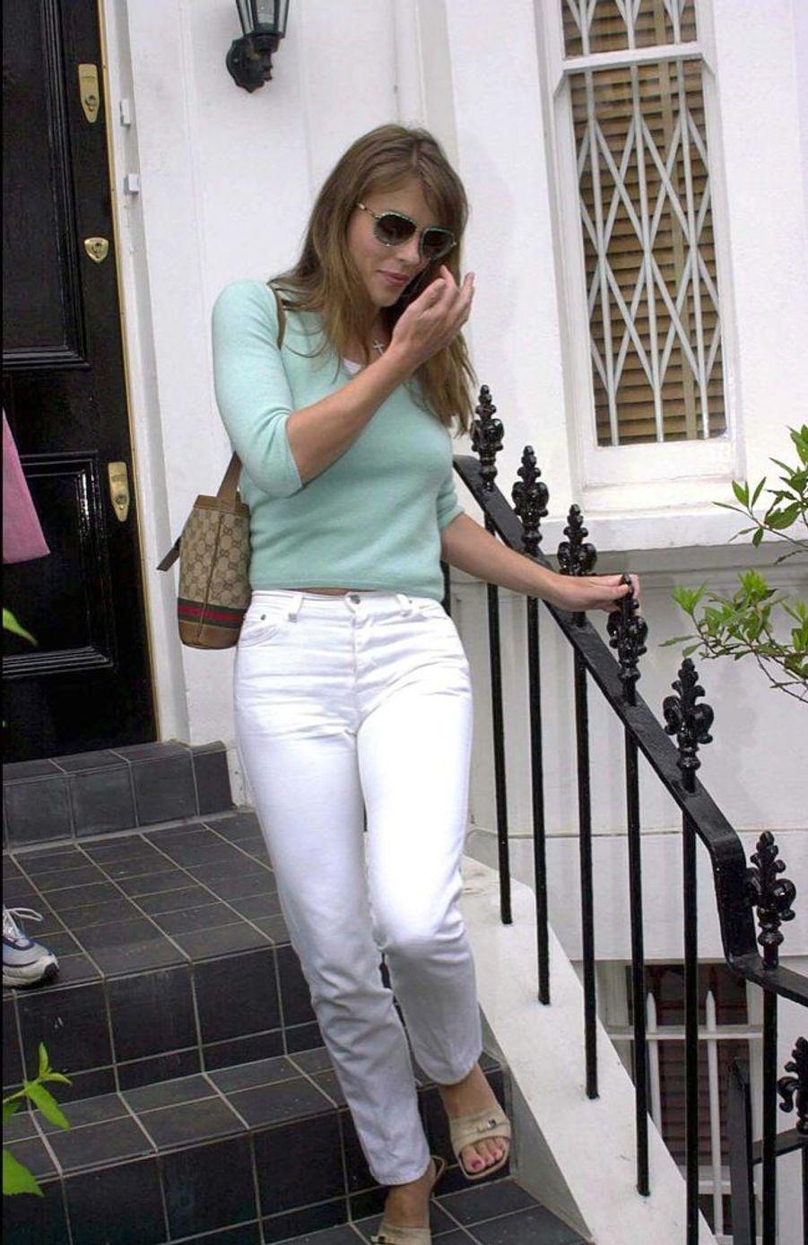 Elizabeth Hurleyquittant le domicile conjugal, au lendemain de l'annonce de sa séparation d'Hugh Grant, fin mai 2000.
