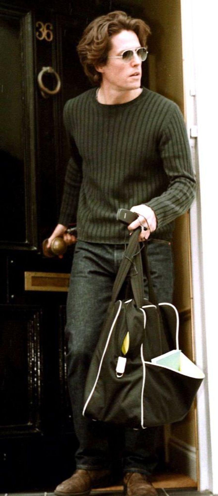 Hugh Grant quittant le domicile conjugal, au lendemain de l'annonce de sa séparation d'Elizabeth Hurley, fin mai 2000.