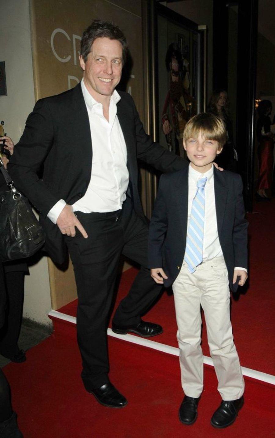 Hugh Grant accompagné de son filleul Damian, le fils de Liz Hurley, lors d'une première à Londres en 2012.