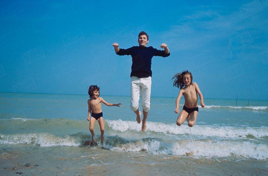 Hugues Aufray, son premier rendez-vous avec Match en 1964, avec ses deux filles, Marie, 6 ans et Charlotte, 3 ans.