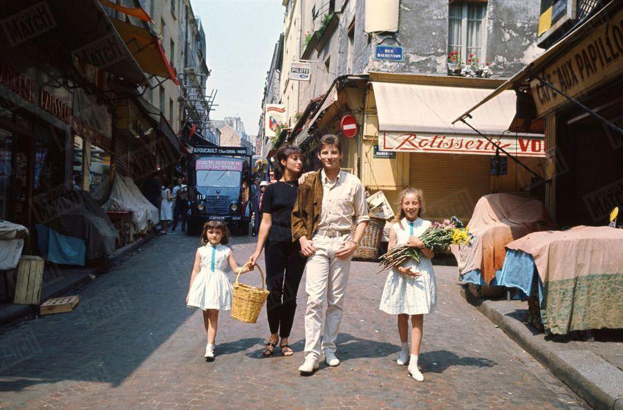 Hugues Aufray, son premier rendez-vous avec Match en 1964, avec son épouse Hélène, et leurs deux filles, Marie, 6 ans et Charlotte, 3 ans.