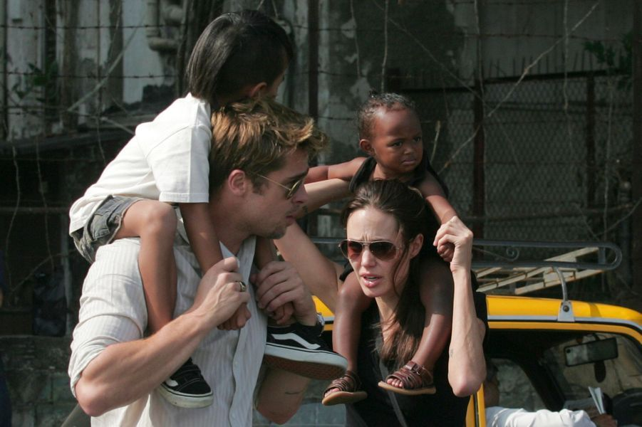 Avec Brad Pitt et leurs enfants Maddox et Zahara à Mumbai.