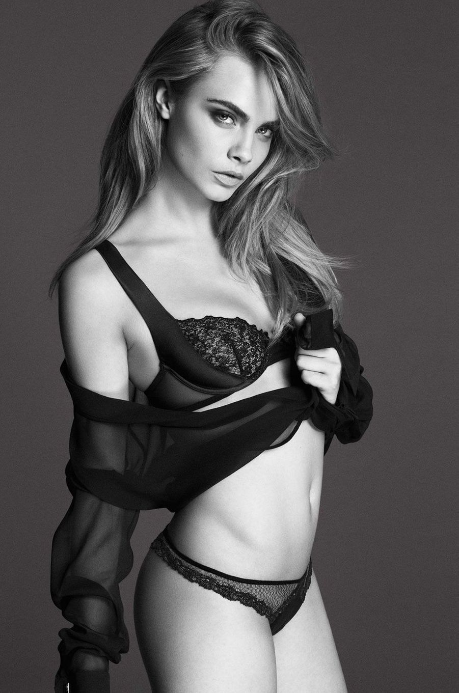"""Cara Delevingne pose pour la marque de lingerie """"La Perla""""."""