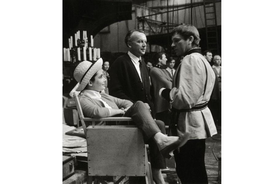 """Elizabeth Taylor et Richard Burton sur le tournage du film """"Becket"""" de Peter Glenvill, le 5 juin 1963"""