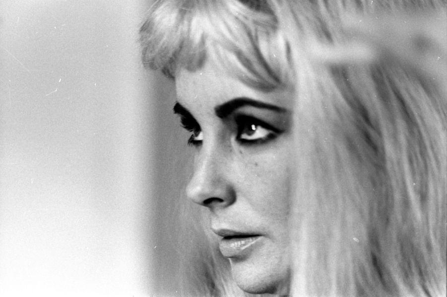 Elizabeth Taylor portant une perruque blonde en 1963