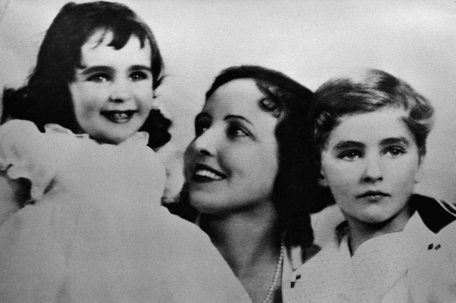 Elizabeth Taylor pose avec sa mère Sara et son frère Howard, vers 1935
