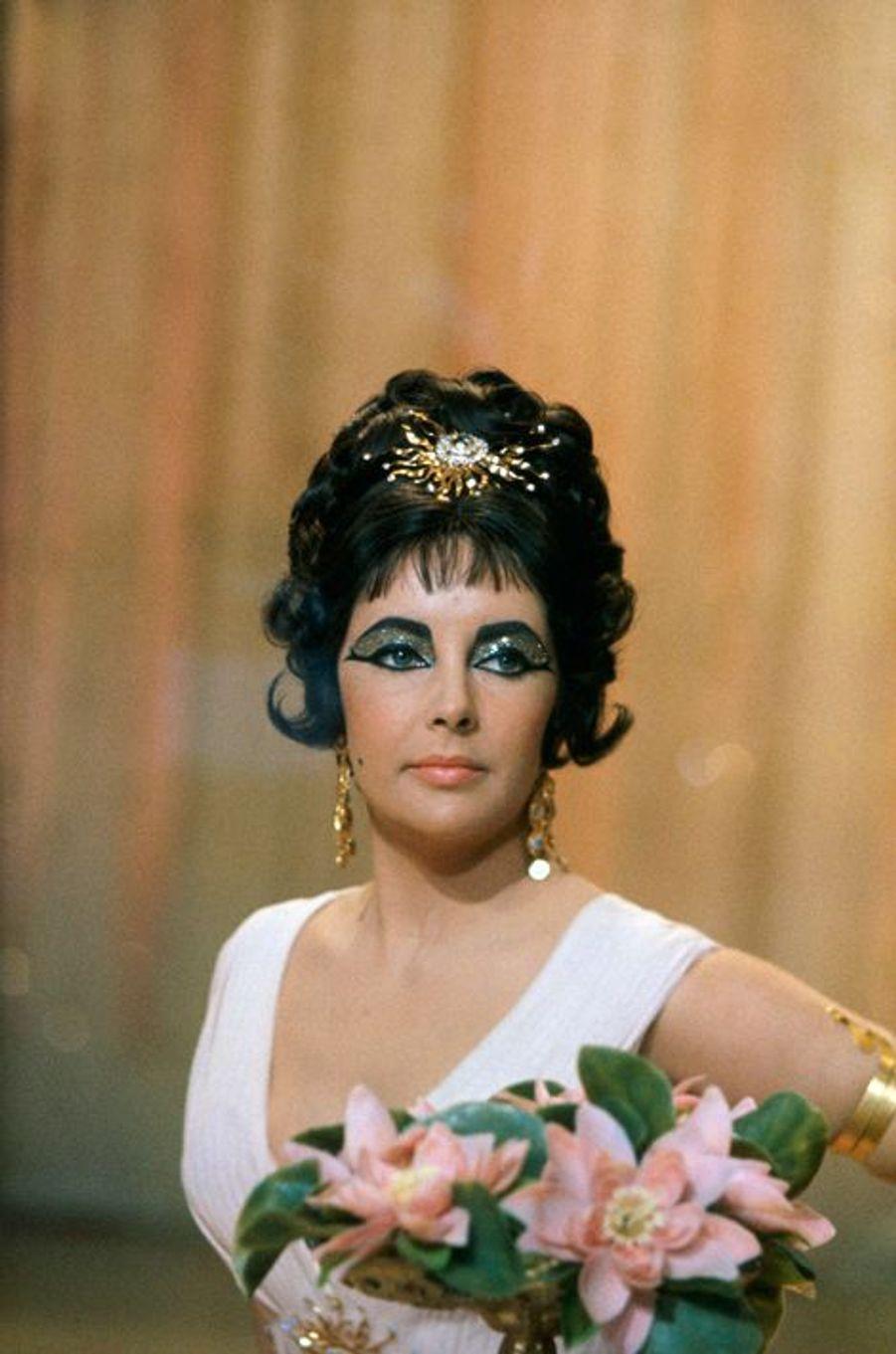 """Elizabeth Taylor sur le tournage de """"Cléopâtre"""" en 1963"""