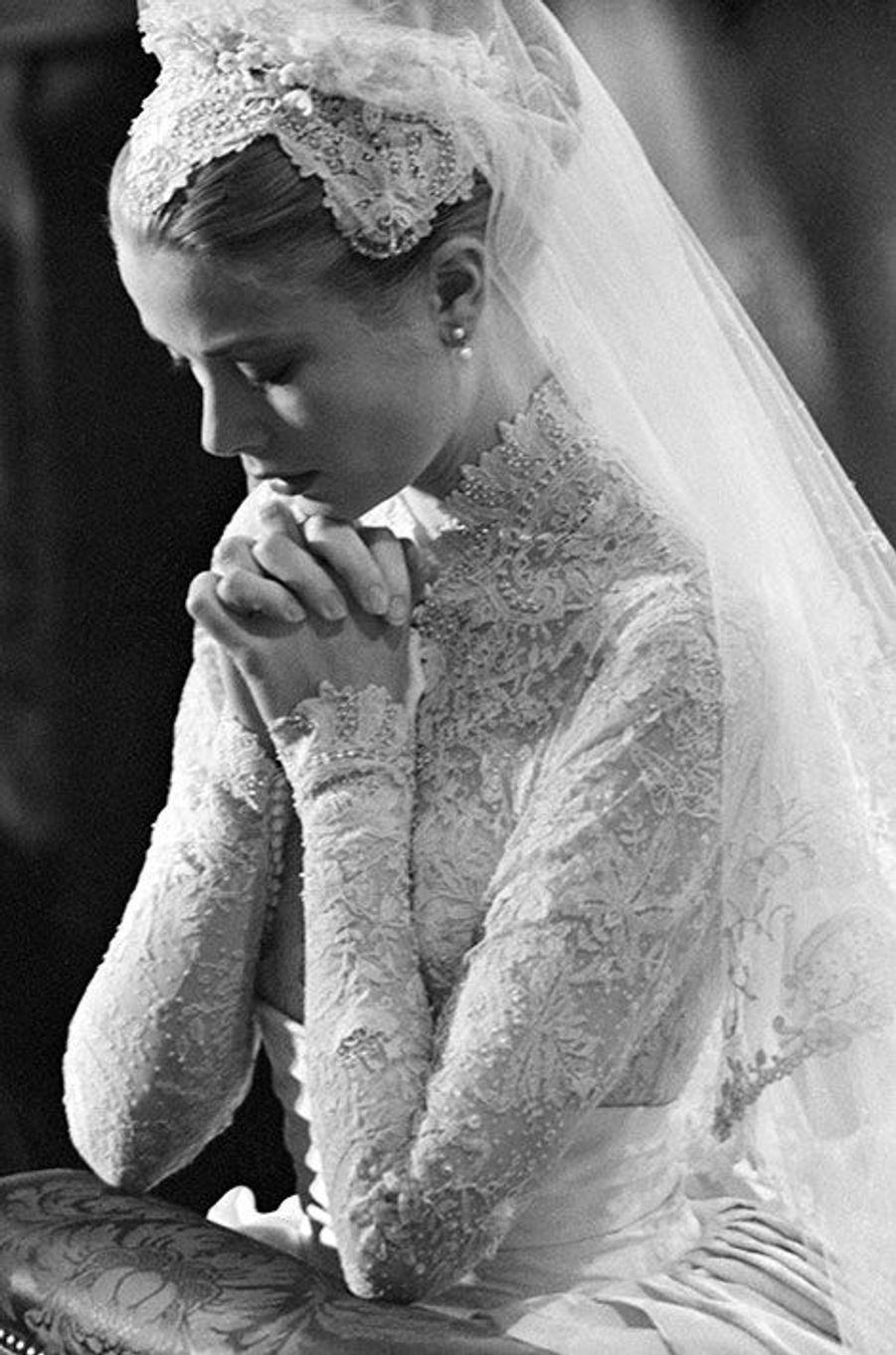 La star hollywoodienne Grace Kelly devient la princesse Grace de Monaco , le 20 avril 1956