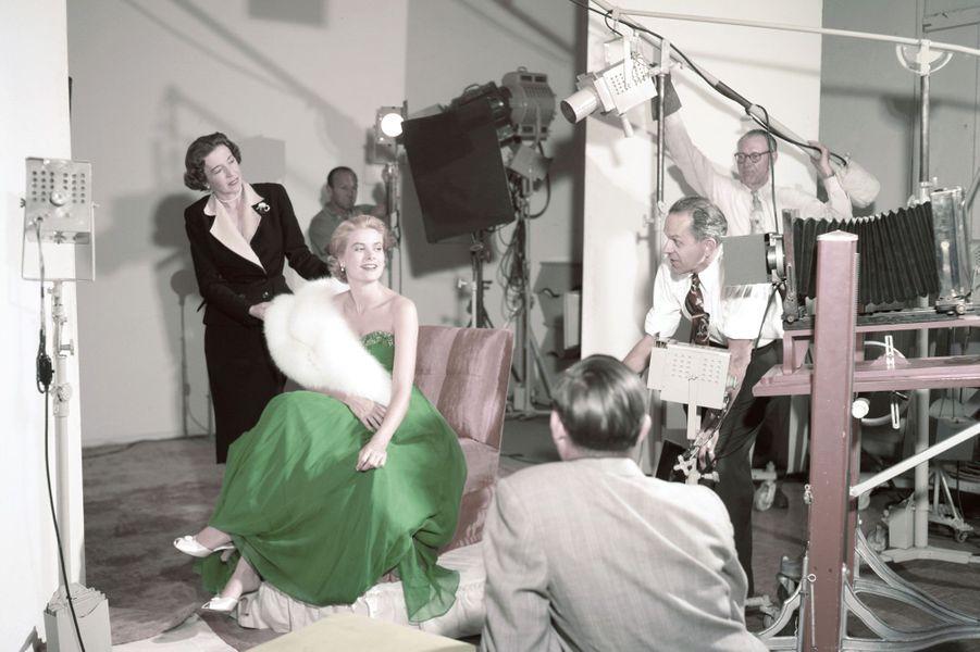 Séance photo en robe verte pour célébrer la fête de la St Patrick, 1954