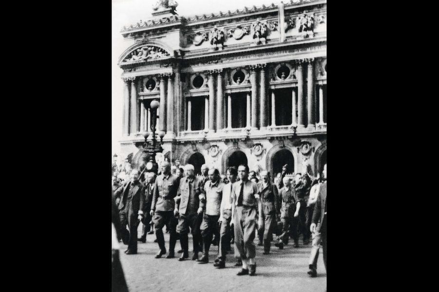 Le 25 août 1944, des soldats allemands se rendent place de l'Opéra