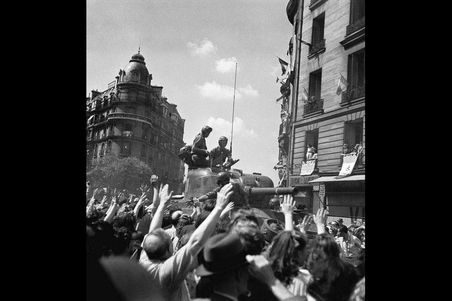 Le 25 août 1944, les soldats du général Leclerc sont accueillis place de la Muette