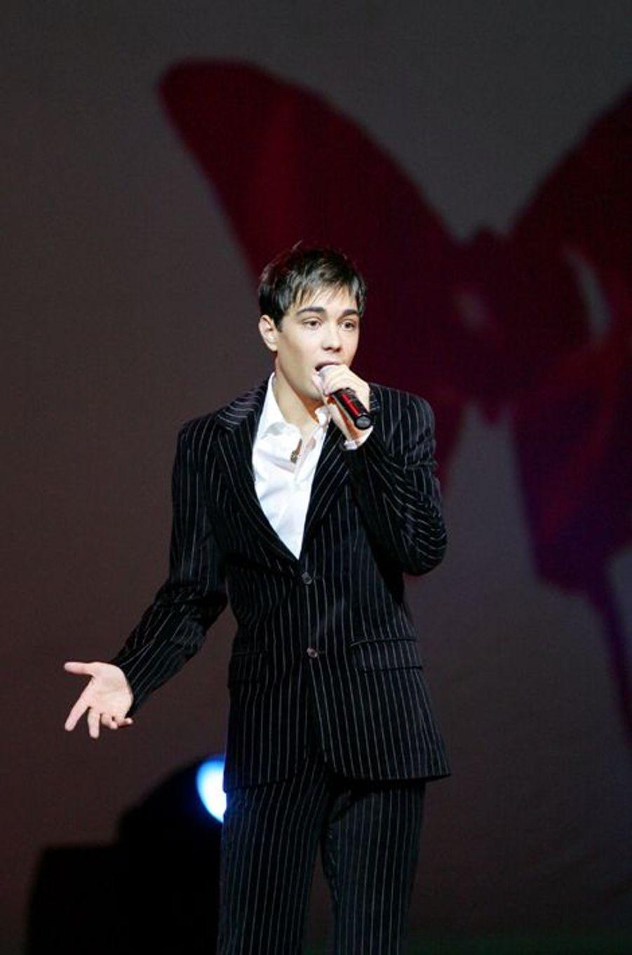 Grégory Lemarchal sur scène pour le gala Faire Face, qui récolte des dons pour la lutte contre le Sida, en octobre 2005