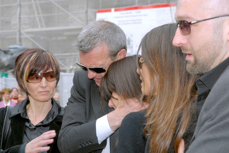 Laurence, Pierre et Leslie Lemarchal, avec Karine Ferri le jour des funérailles de Grégory Lemarchal