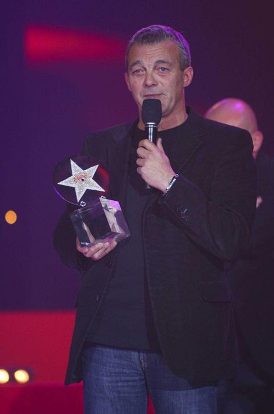 Le père de Grégory Lemarchal, Pierre, reçoit un prix des Etoiles Chérie FM pour lui en novembre 2011