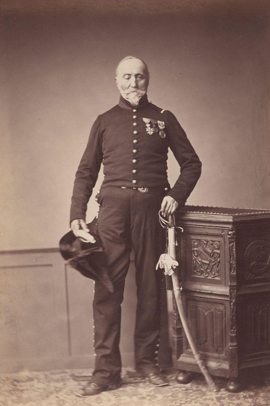 Le chasseur. Monsieur Loria appartenait au 24e régiment de chasseurs à cheval. Il a perdu son oeil droit pendant la bataille.