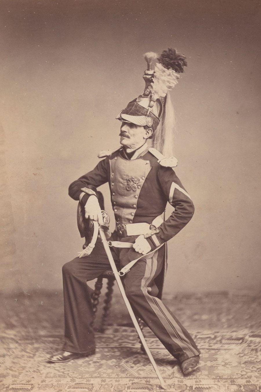Le dragon. Monsieur Mauban était un brigadier du 8e régiment de dragons. Il porte un uniforme en toile verte et un casque orné d'une crinière et...