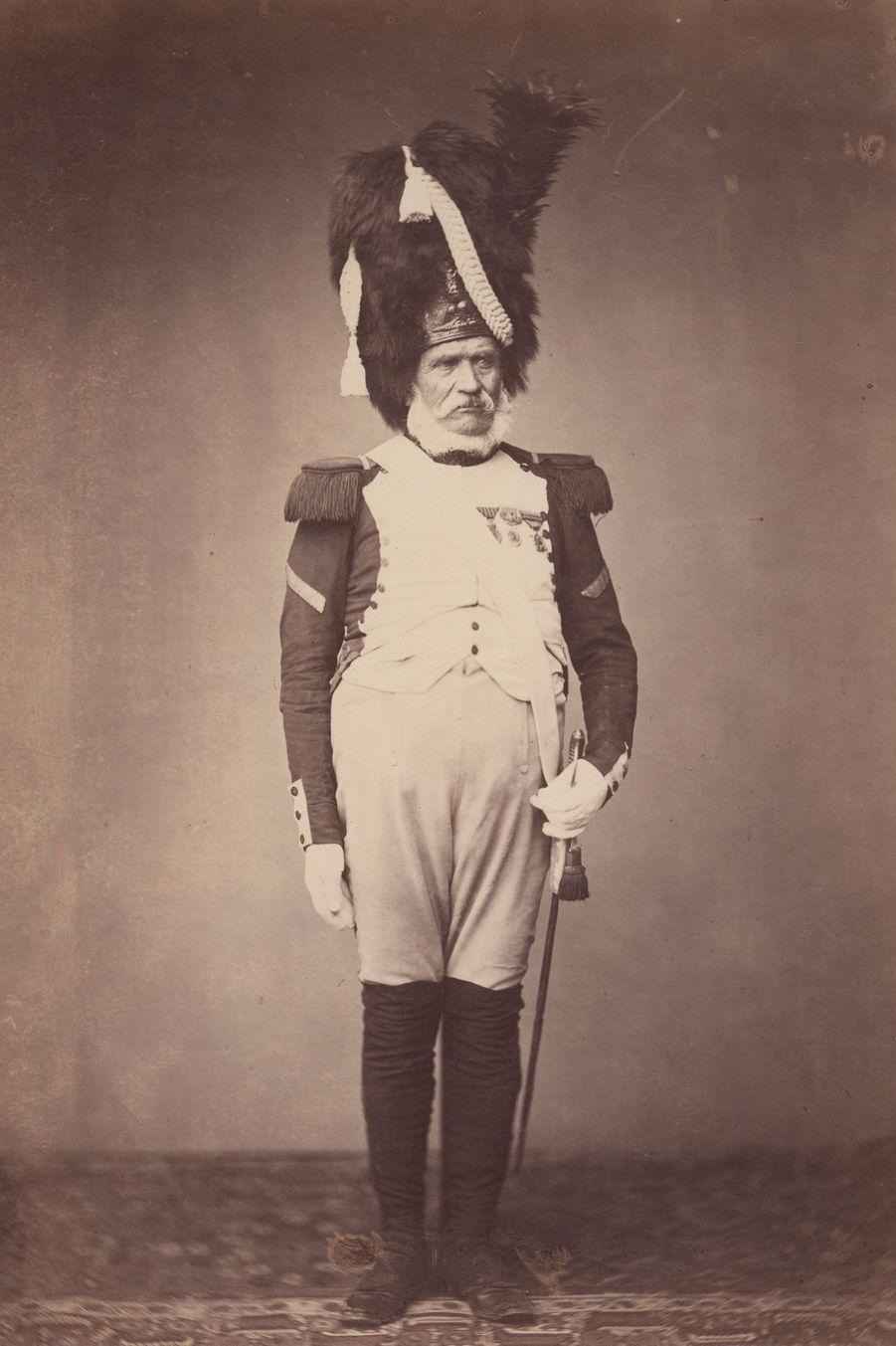 Le grenadier. Monsieur Burg est un soldat d'alite du 24e régiment de la Garde impériale. Il porte un uniforme en drap bleu impérial ainsi qu'un b...