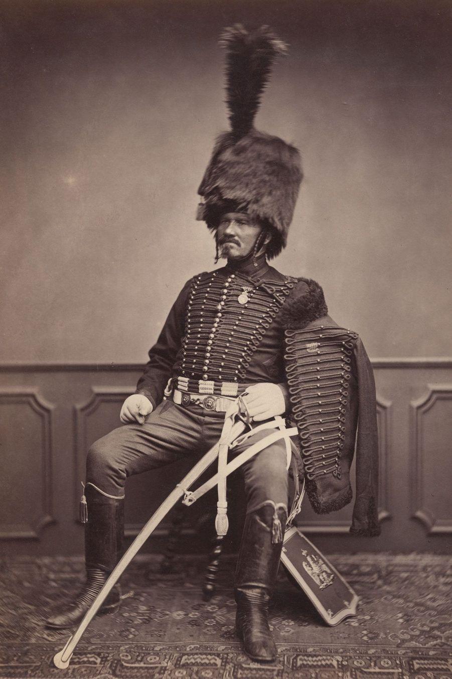 Le hussard. Monsieur Moret était également un cavalier. Il possède une sabretache, qui sert de porte-documents.
