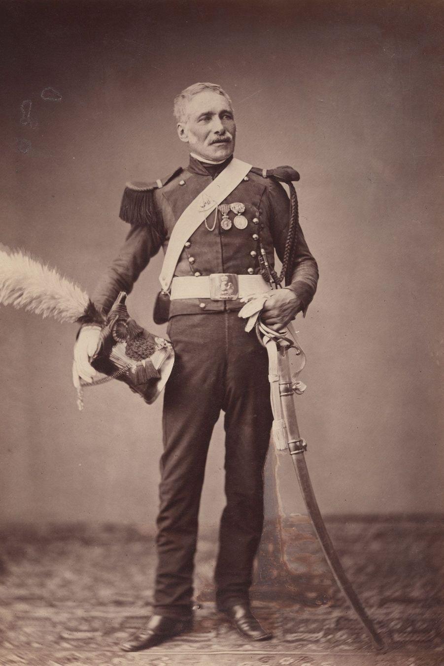 Le lancier. Monsieur Dreuze veillait dans la deuxième division de cavalerie légère. Il porte deux pistolets, un mousqueton, et une lance.