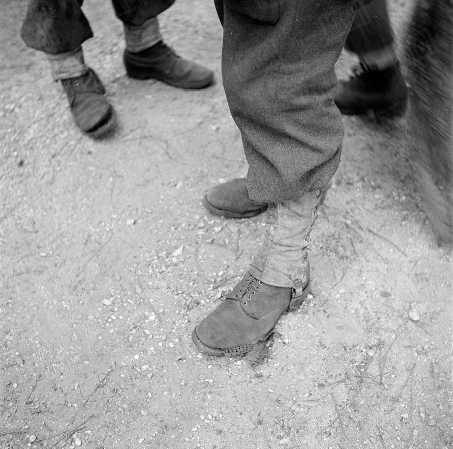 «Le 48° régiment de Transmissions (caserné à Libourne et venu en renfort dans le secteur de Saucats) est resté sur le front de l'incendie pendant quinze jours. Les chaussures du soldat Gourmaud n'ont pas résisté aux longues stations dans la braise : les semelles de crêpe ont fondu.» - Paris Match n°24, 3 septembre 1949