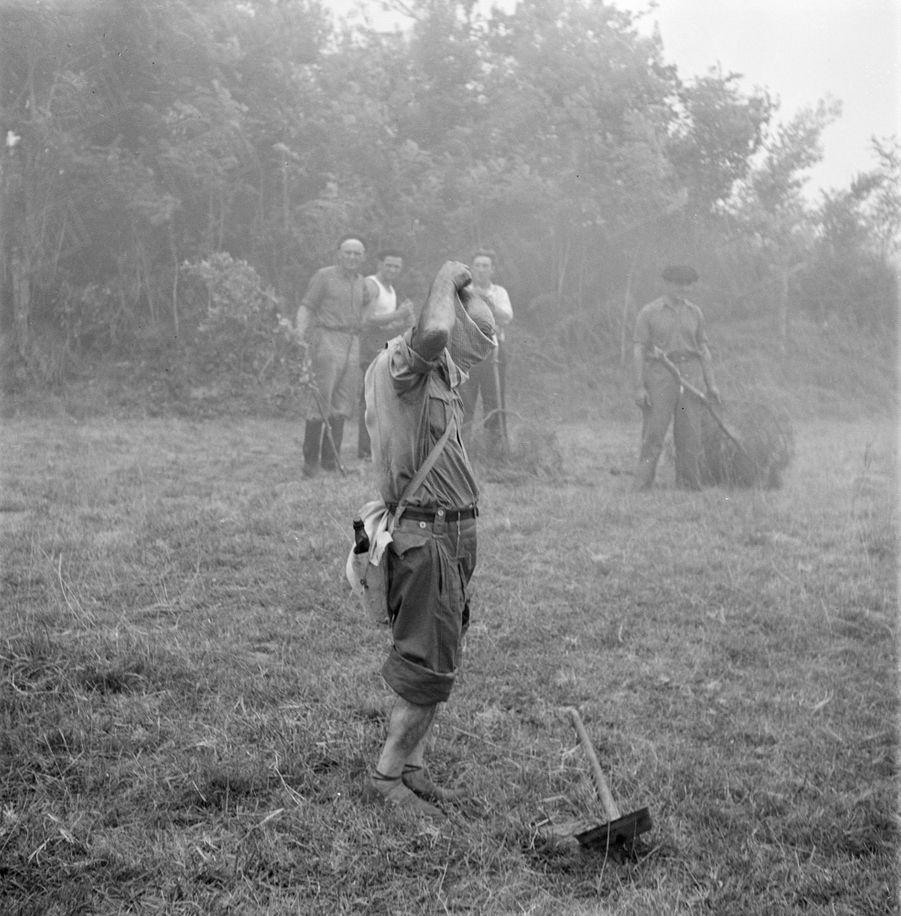«Avant d'entrer dans la zone de fumée, ce volontaire protège son visage avec son mouchoir. La plupart des victimes de l'incendie périrent par asphyxie ; la fumée était parfois si épaisse qu'un sauveteur en jeep ne parvint pas à s'en dégager à temps et mourut étouffé à son volant.» - Paris Match n°24, 3 septembre 1949