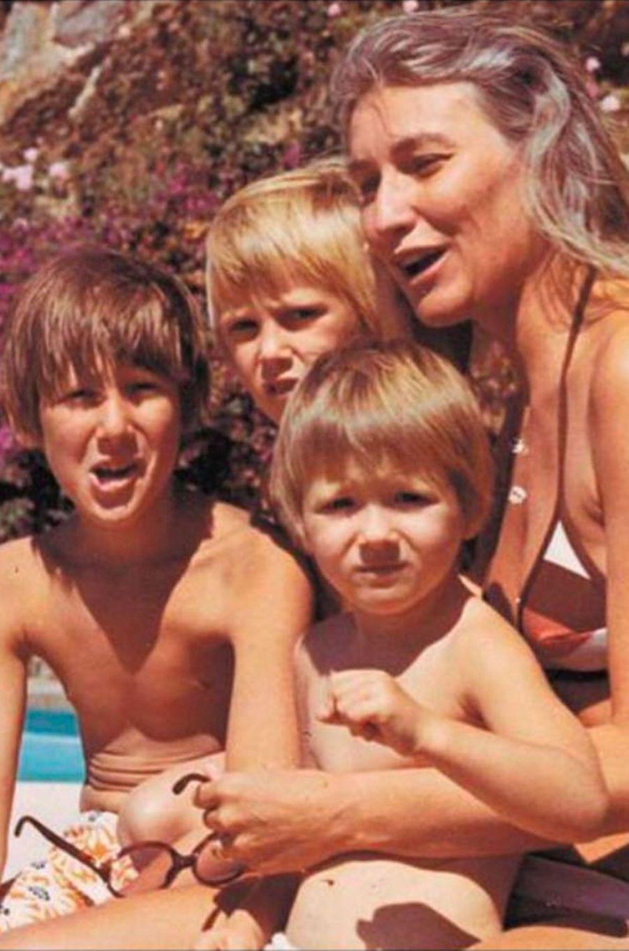 Carla Bruni avec sa mère Marisa Borini, son frère Virginio et sa soeur Valeria dans les années 70