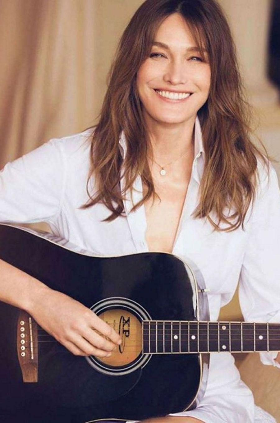 Carla Bruni et sa guitare