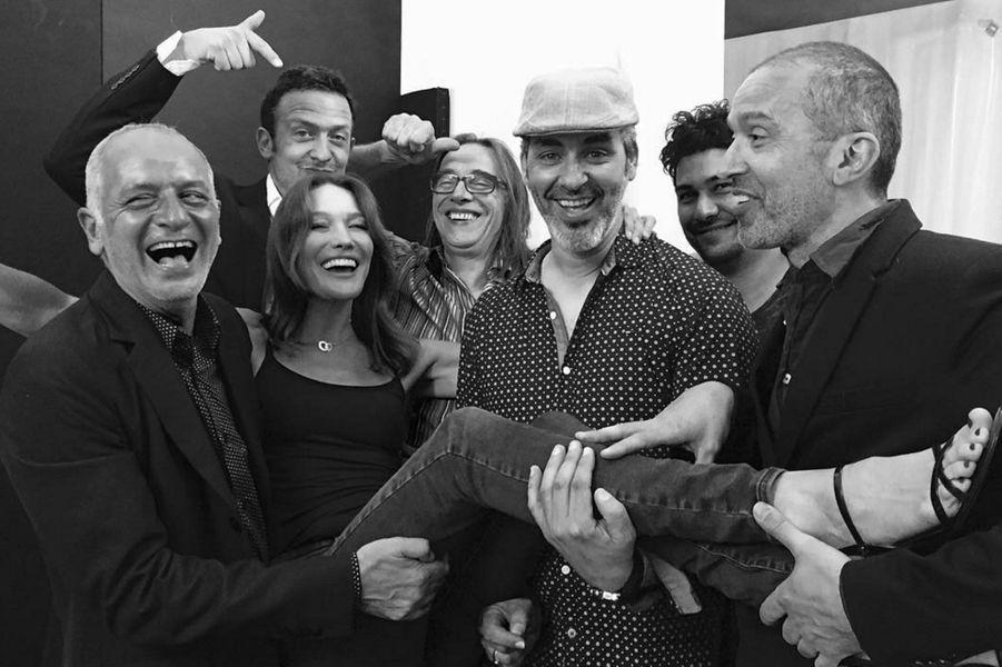 Carla Bruni et ses musiciens à la fin d'un concert