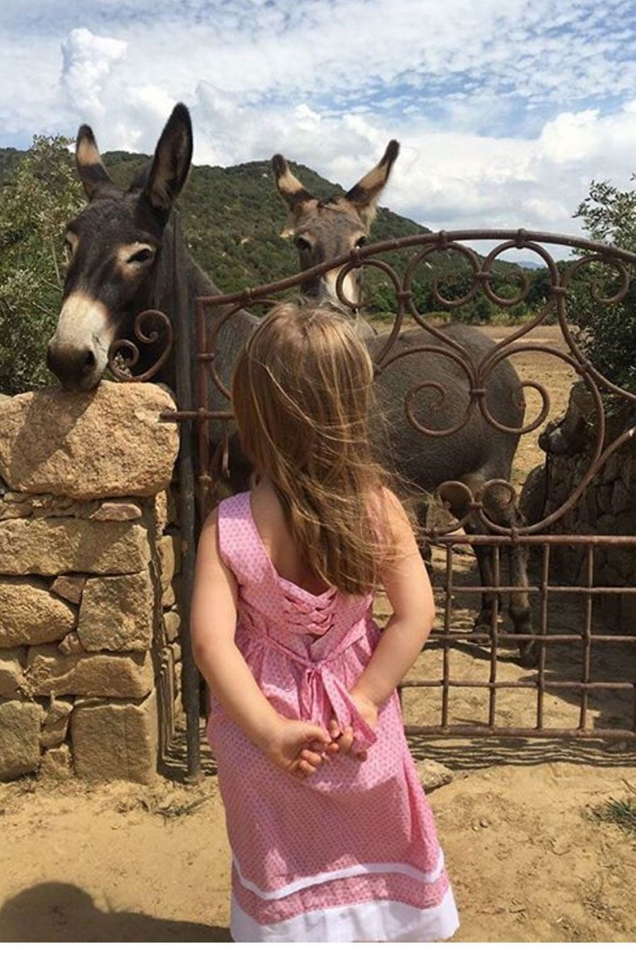 Giulia, la fille de Carla Bruni, en Corse