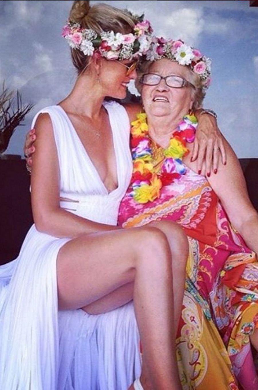 Laeticia Hallyday célébrant son anniversaire avec sa grand-mère