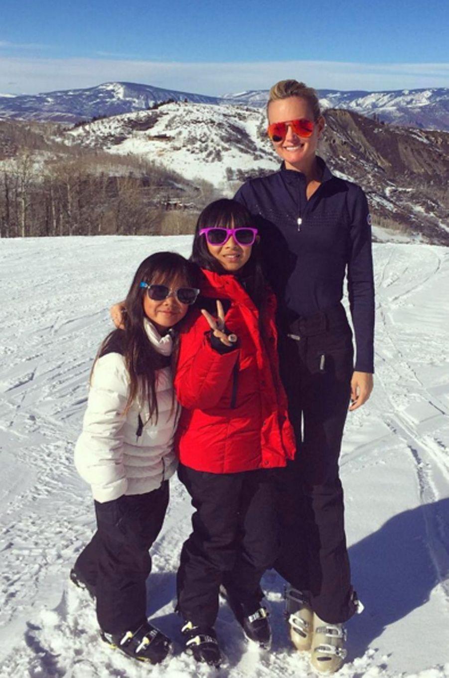 Laeticia Hallyday et ses deux filles au ski à Aspen