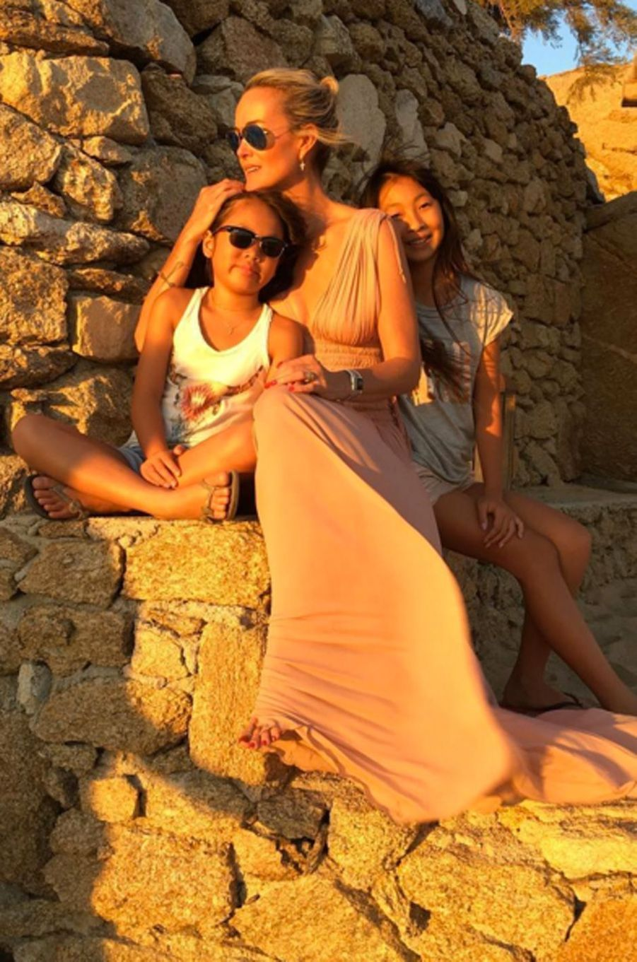 Laeticia Hallyday et ses deux filles en vacances à Mykonos