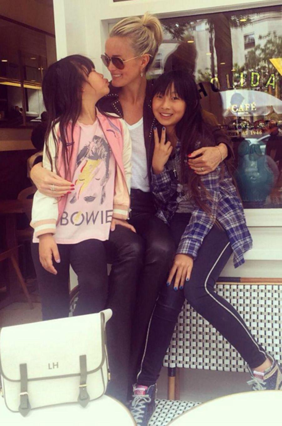 Laeticia Hallyday et ses deux filles prennent un café à Paris