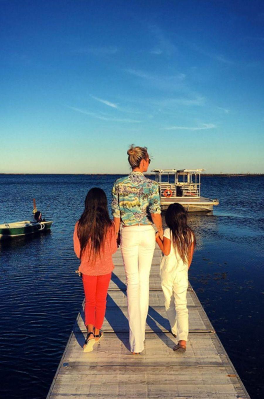 Laeticia Hallyday repart sur les traces de son enfance, devant l'étang de Thau