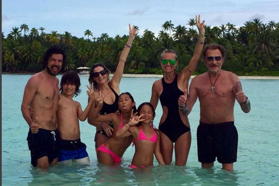 Laeticia Hallyday, ses filles et son mari Johnny réunis dans les eaux turquoises de la Polynésie française