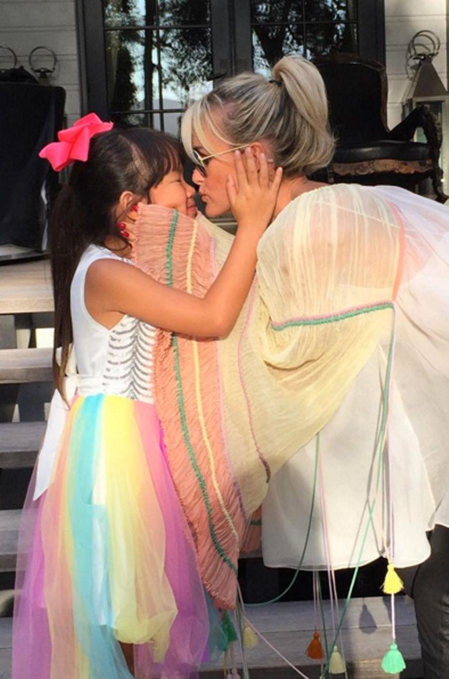 Laeticia Hallyday tendre avec sa fille