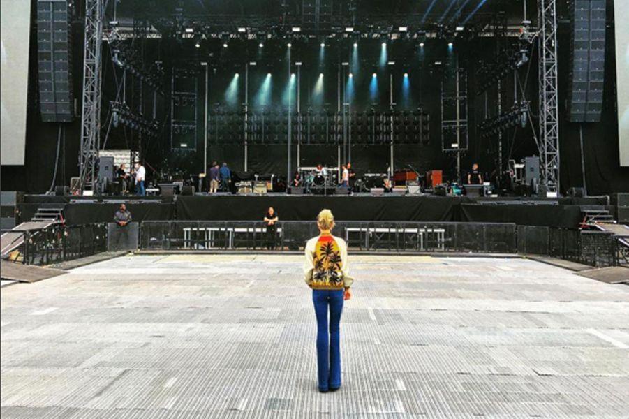 """Laeticia regarde les répétitions de la tournée """"Rester Vivant"""" de Johnny Hallyday"""