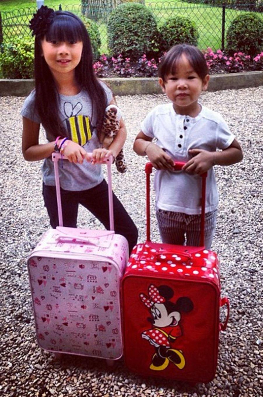 Les deux filles de Laeticia et Johnny Hallyday prêtes pour un petit séjour à Bordeaux