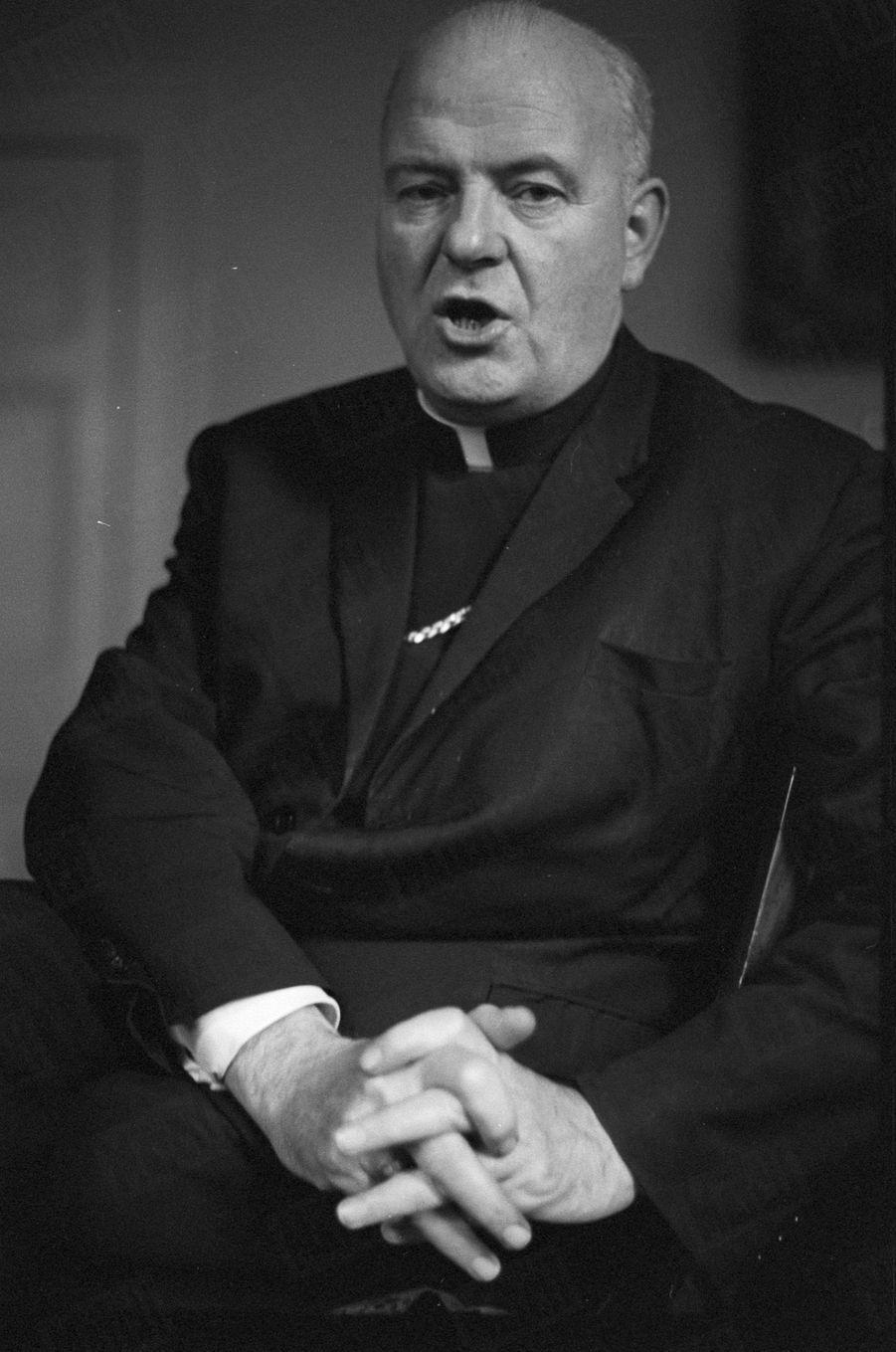 «Le cardinal Conway, primat de l'Eglise catholique d'Irlande, en se situant au-delà de la mêlée, offre un dernier recours pour rétablir une paix civile.» - Paris Match n°1060, 30 août 1969